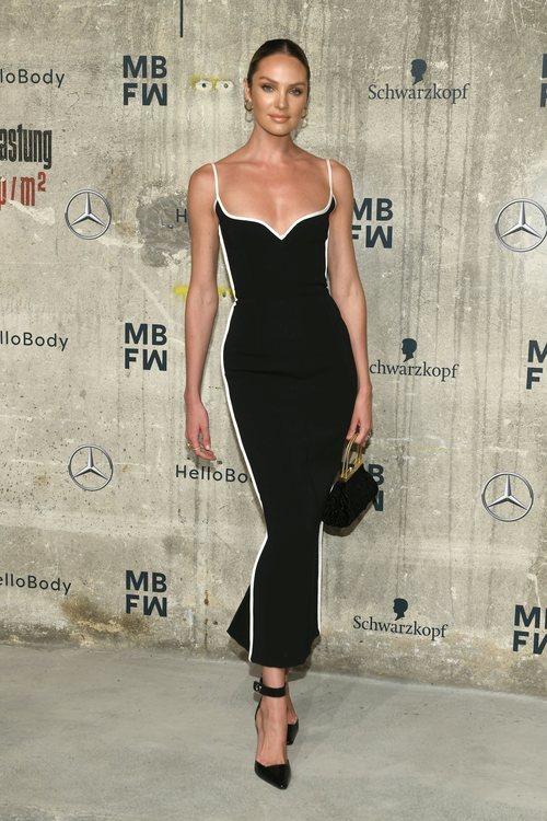 Candice Swanepoel con un look de Paris Georgia en la Semana de la Moda de Berlín 2020