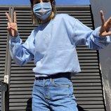Natalia Lacunza con la sudadera azul de su línea de merchandising