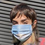 Natalia Lacunza con la mascarilla de su línea de merchandising