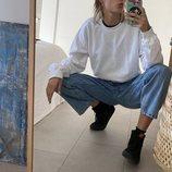 Natalia Lacunza con la sudadera blanca de su línea de merchandising