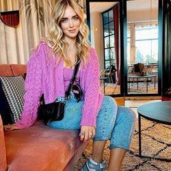 Chiara Ferragni con top y chaqueta de punto a juego en color rosa