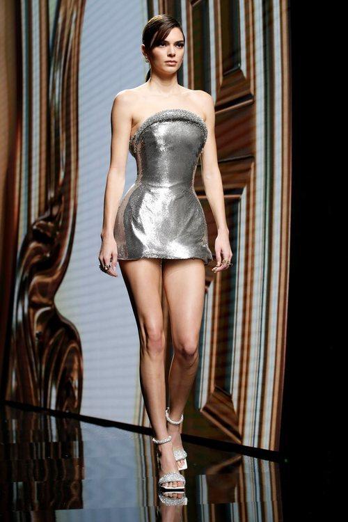 Kendall Jenner desfilando para Versace en su desfile otoño/iniverno 2020/2021