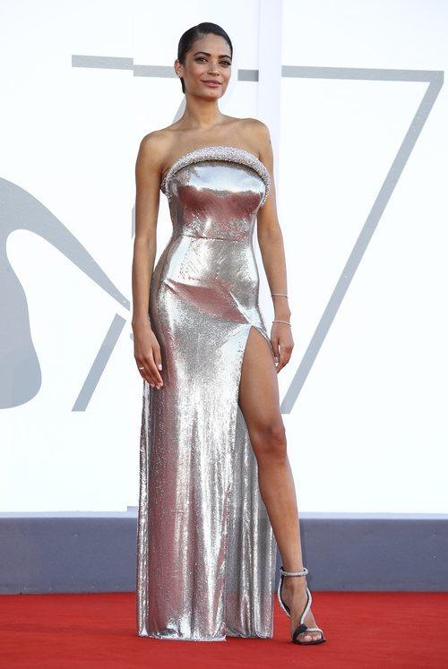 Elodie con un vestido largo de Versace en la ceremonia de apertura la 77 edición del Festival de Cine de Venecia