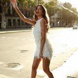Estela Grande con un vestido blanco de plumas de Hinsomnia