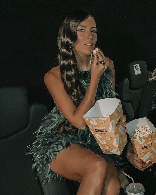 Melyssa Pinto con un vestido verde de plumas de Hinsomnia en la premiere de la película 'No matarás'