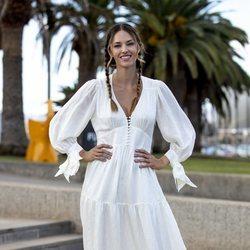 Helen Lindes con un vestido blanco estilo ibicenco en la Gran Canaria Moda Cálida 2020