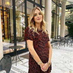 Chiara Ferragni con un vestido corto de tejido canalé con estampado de leopardo