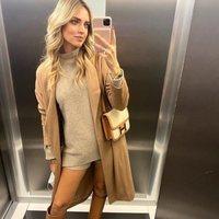Chiara Ferragni con total look beige