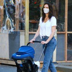 Hilary Rhoda on un look desaliñado dando un paseo por Nueva york