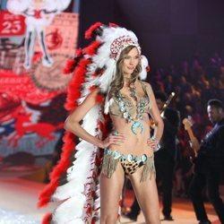Karlie Kloss con el polémico atuendo durante el Victoria's Secret Fashion Show 2012