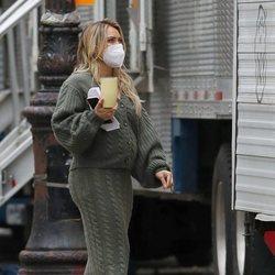 Hilary Duff con un conjunto de punto en el rodaje de 'Younger'