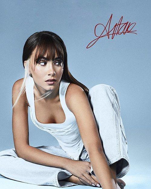Aitana con un top de Manémané en una foto promocional de su disco '11 razones'