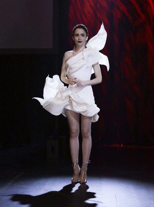 Lily Collins en 'Emily In Paris' con un vestido de Stephane Rolland Alta Costura
