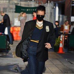 Bella Hadid con un look estilo uniforme por las calles de Nueva York