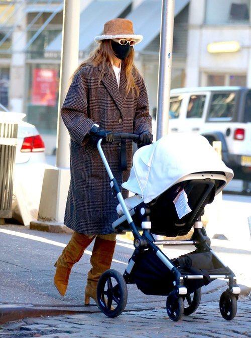 Gigi Hadid apuesta por un bucket hat para resguardarse del frío en Nueva York