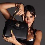Kendall Jenner protagonizando la campaña primavera/verano 2021 de Versace