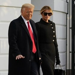 Melania Trump con un total look negro en su último día como Primera Dama de los EE.UU.