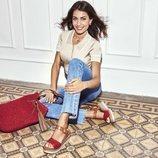 Hiba Abouk con sandalias de piel en color rojo de la colección primavera/verano 21 de Xti