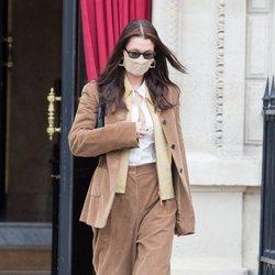 Bella Hadid con un traje de pana durante la Semana de la Moda Alta Costura de París