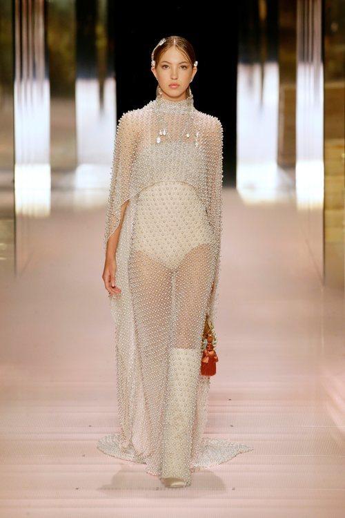 Look 4 (Lila Grace Moss) de la colección Alta Costura primavera/verano 2021 de Fendi