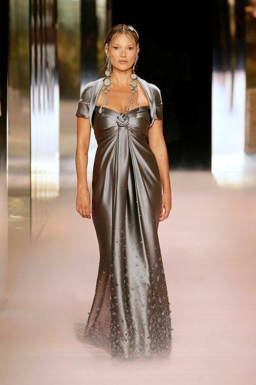 Look 5 (Kate Moss) de la colección Alta Costura primavera/verano 2021 de Fendi