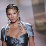 Kate Moss en el desfile de la colección Alta Costura primavera/verano 2021 de Fendi