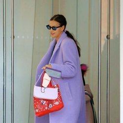 Irina Shayk conjuntando abrigo y mascarilla en Nueva York