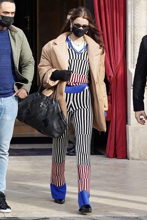 Bella Hadid con un look estampado a rayas en París