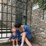 Kylie Jenner y Stormi con vestido azul fruncido durante unas vacaciones en Italia
