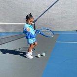 Stormi Webster con un look tie dye en azul y blanco jugando al tenis