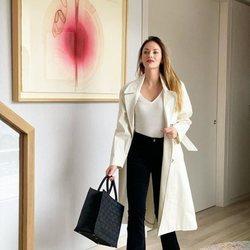 Helen Lindes con un look sencillo bicolor en negro y beige