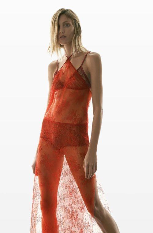 Enagua de encaje en color rojo de la coleccion 'Love' de Zara