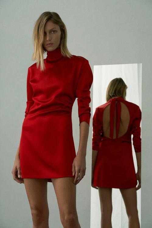 Vestido de satén rojo de la colección 'Love' de Zara