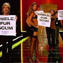 Gisele Bündchen siendo saboteada por PETA durante el Victoria's Secret Fashion Show de 2002