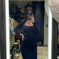 Kendall Jenner con un vestido ajustado azul marino de Jacquemus