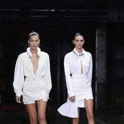 Bella Hadid y Kendall Jenner desfilando para Off White en su colección primvavera/verano 2019