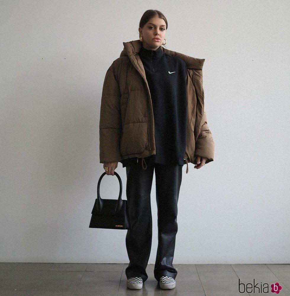 Gigi Vives con un look relajado en marrón y negro