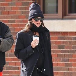 Emily Ratajkowski con un traje de su marido en la recta final de su embarazo