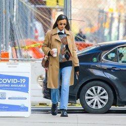 Irina Shayk apuesta por los rombos en un look casual por Nueva York