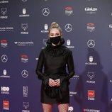 Paula Usero con un LBD de Encinar en la alfombra roja de los Premios Feroz 2021