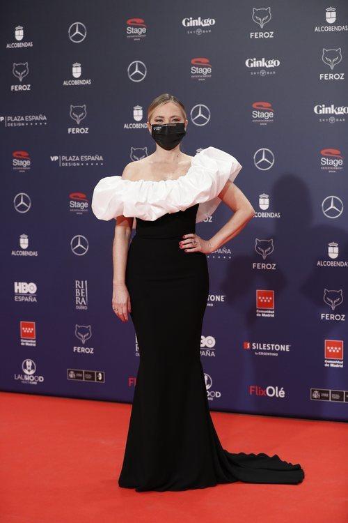 Pilar Castro con un vestido largo bicolor de Pronovias en la alfombra roja de los Premios Feroz 2021