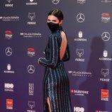 Loreto Mauleón con un vestido de lentejuelas de Koahari en la alfombra roja de los Premios Feroz 2021