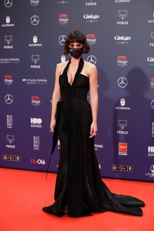 Megan Montaner con un vestido negro de Toni Maticevski en la alfombra roja de los Premios Feroz 2021