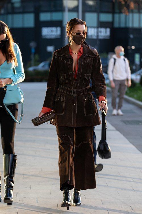 Bella hadid con un dos piezas marrón estilo western por las calles de Milán