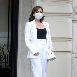 Lady Gaga con un traje blanco de Max Mara en Roma