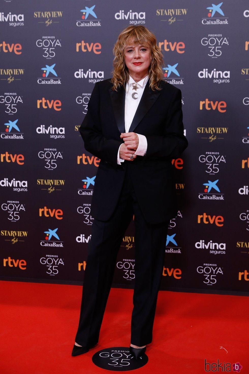 Emma Suárez con un traje de chaqueta en los Goya 2021
