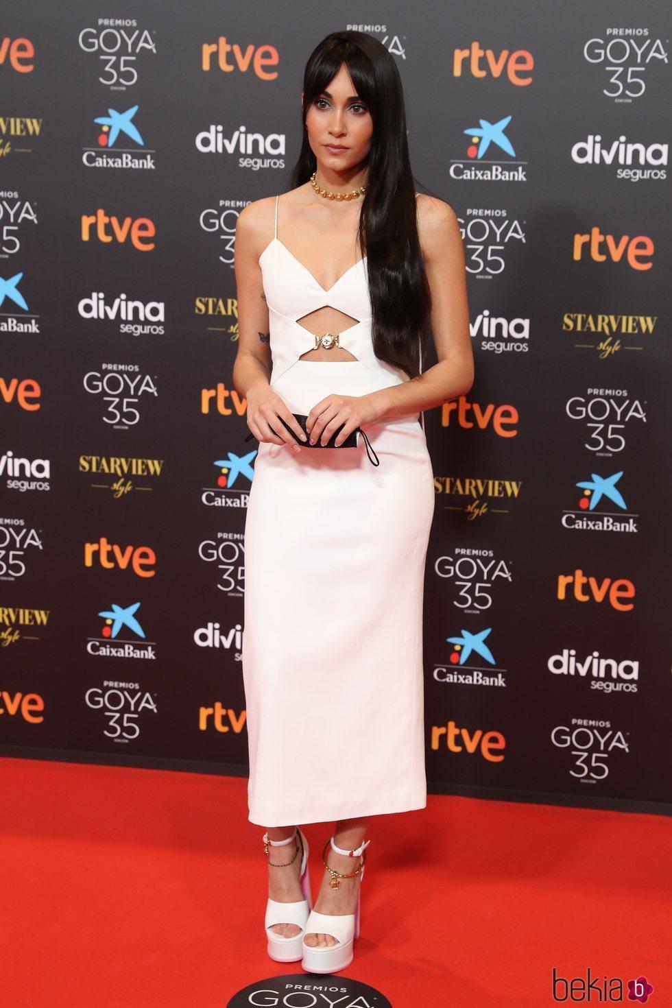 Aitana Ocaña con un vestido blanco con aberturas en los Goya 2021