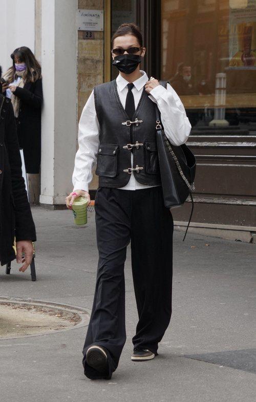Bella Hadid con un look masculino en París