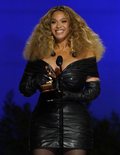 Beyoncé de Schiaparelli en los Grammy 2021