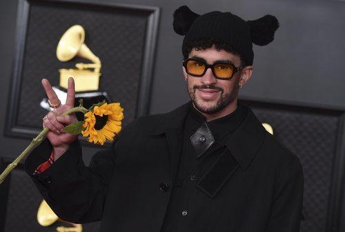 Bad Bunny de Burberry en los Grammy 2021
